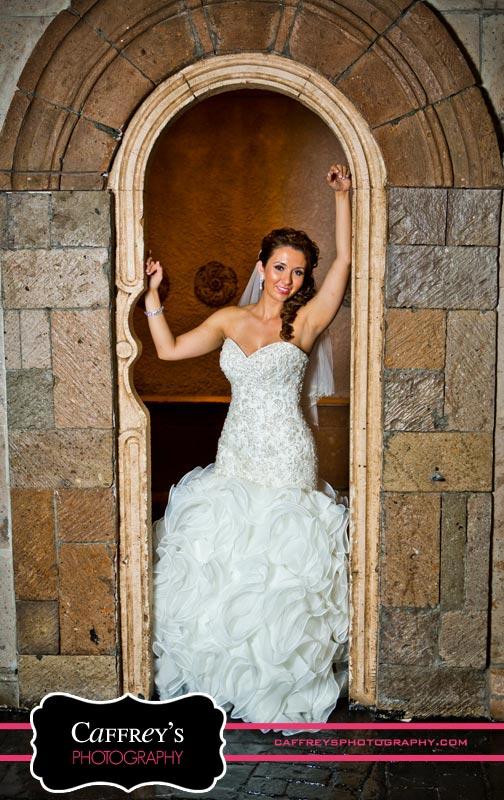 Sexy Bride in the arch at Las Velas